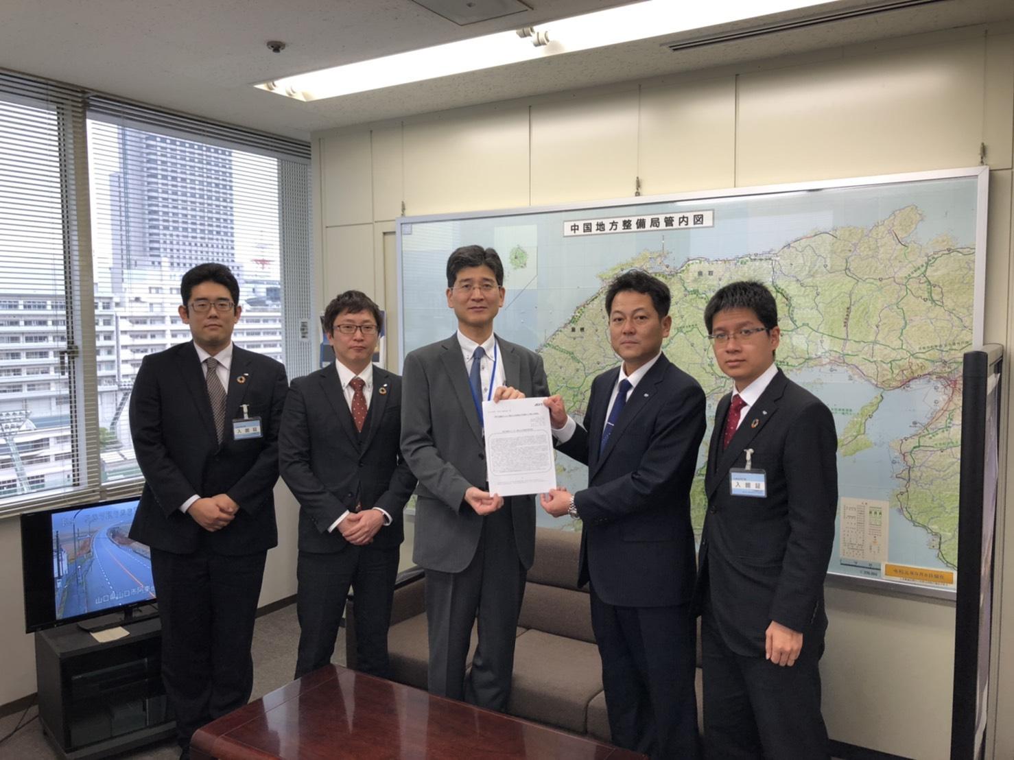 「青年会議所による下関北九州道路の早期着工に関する要望書」提出のサムネイル画像1